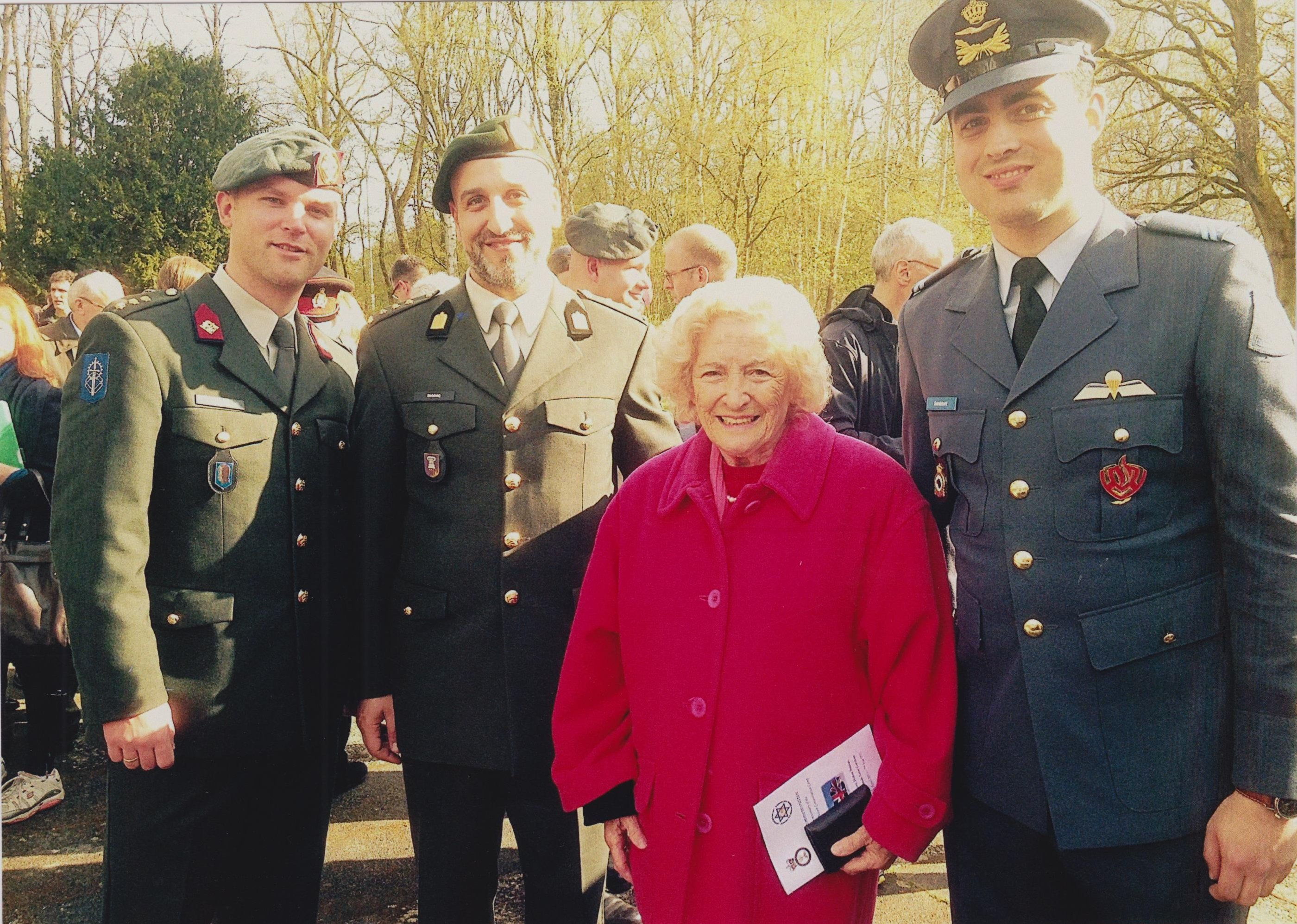 Hetty and 3 Army Personnel 001